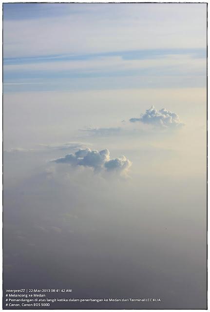 Gambar awan yang ditangkap dari dalam kapal terbang ketika matahari sedang terbit.
