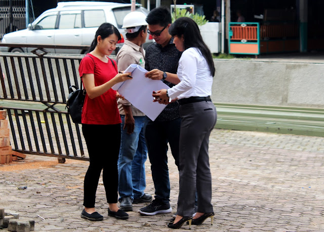 Walikota Tepilih Kota Singkawang Ibu Tjhai Chui Mie,SE saat meninjau lokasi pembangunan di SCC