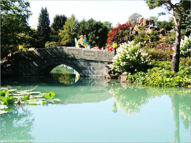 Puente del Dream Lake en el Jardín Chino, Montreal