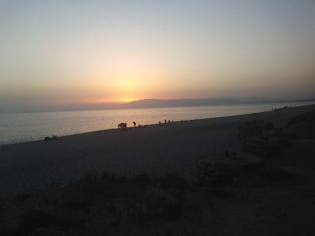 Puesta de sol en la playa de la Almadraba de Monteleva. Almadraba de Monteleva.Cabo de Gata