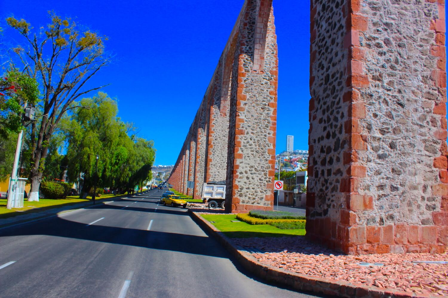 queretaro aqueduct next to the street