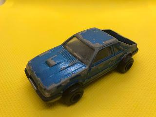 フォード マスタング のおんぼろミニカーを斜め前から撮影