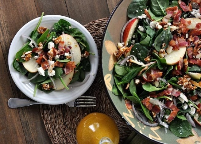AMAZING SPINACH SALAD WITH SWEET-SPICY NUTS, APPLES, FETA AND BACON #healthy #lowcarb