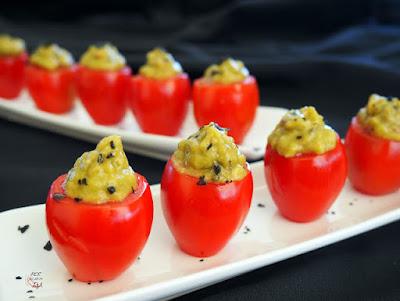 Tomates rellenos de aguacate y pesto