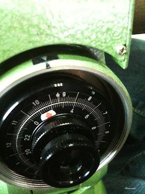 赤道儀對極軸時用來顯示北極星位置的極軸望遠鏡和它的時間刻度盤