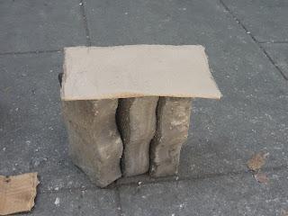 Asiento improvisado para elevar la mercancía del piso o sentarse un rato.