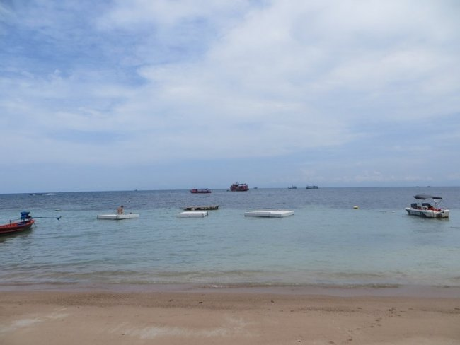 шезлонги-плот в воде