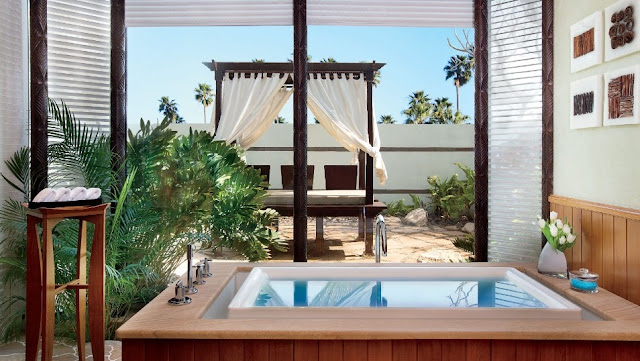 Una amplia ducha de alta presión y el desbordante jacuzzi estilo infinito con vista a un jardín bañado por el sol son solo algunas de las características del Ritz-Carlton, Bahrain Hotel & Spa
