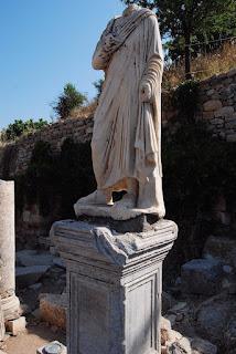 une des nombreuses statues qui ornaient les bas-côtés de la rue