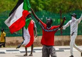 شباب يحتفلون بالثورة السودانية