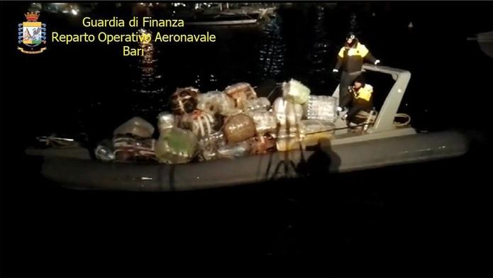 Droga: gommone con 600 kg di marijuana bloccato nel Canale d'Otranto