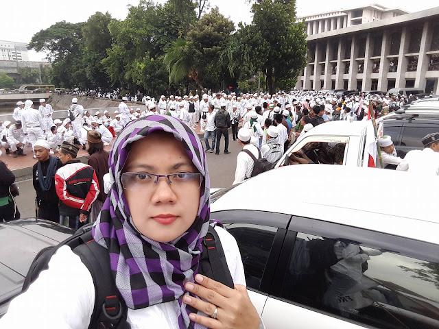 Seorang Facebookers, Afni Zulkifli menyaksikan langsung demo 4 November di Jakarta