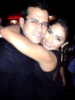 Foto de Christian Domínguez recibiendo feliz el abrazo de Vania Bludau
