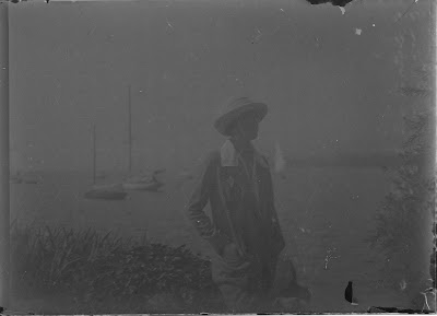 Frau vor dem Zürichsee - um 1910-1920