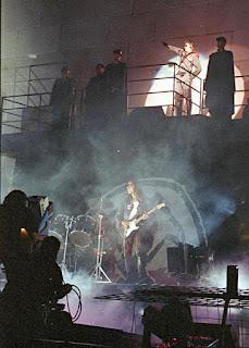 Fotografía de una performance de The Wall en Berlín de 1990. Arriba observamos a Waters vestido de militar