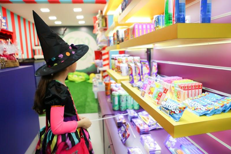 "Mundo lúdico da candy store ""Casa da Bruxa"" chega à capital paulista"