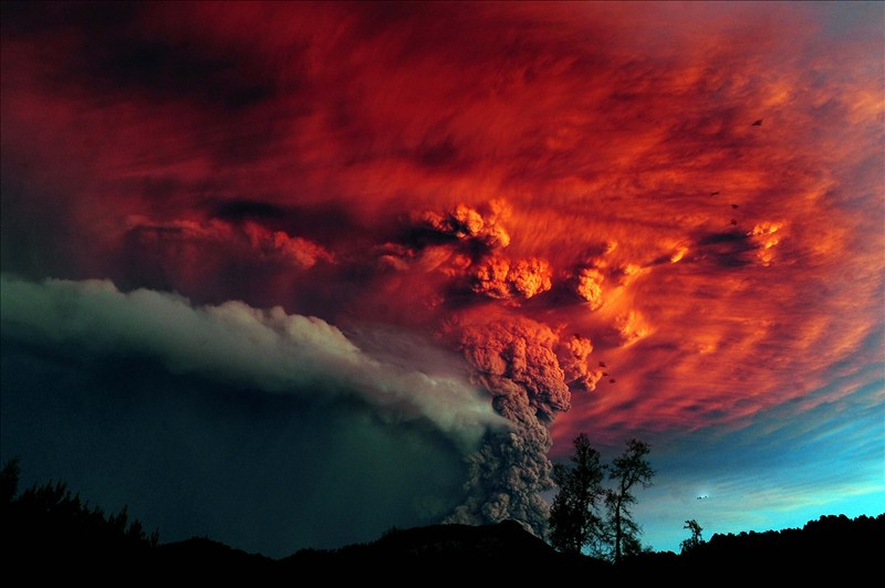 Volcanic eruption in these photos in HD 6