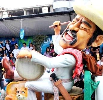 Foto a un muñeco enorme del Indio Mayta