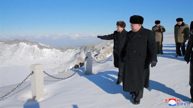 Kim Jong-un foi fotografado no alto dos 2744 metros do monte Paektu.