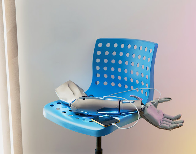 Напечатанная на 3D-принтере, рука Джеймса Янга. На ней есть зарядное устройство USB, подключение к Твиттеру и небольшой беспилотник.