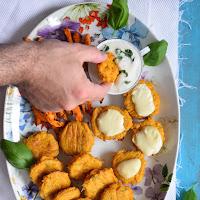 Bolinhos de peixe e batata doce com molho de iogurte
