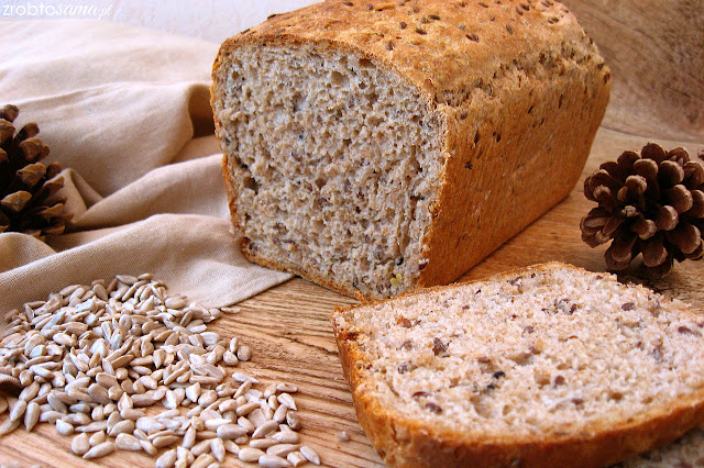 chleb żytnio pszenny z ziarnami i z czarnuszką na drożdżach