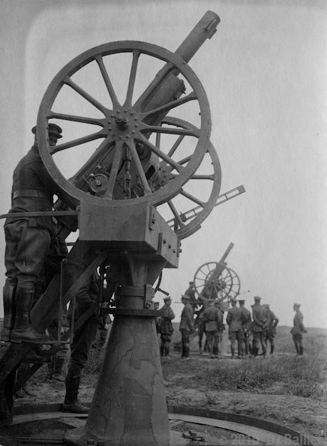 canon c75 S.P. AA disposé sur un affût de circonstance de type A.C.M.A.
