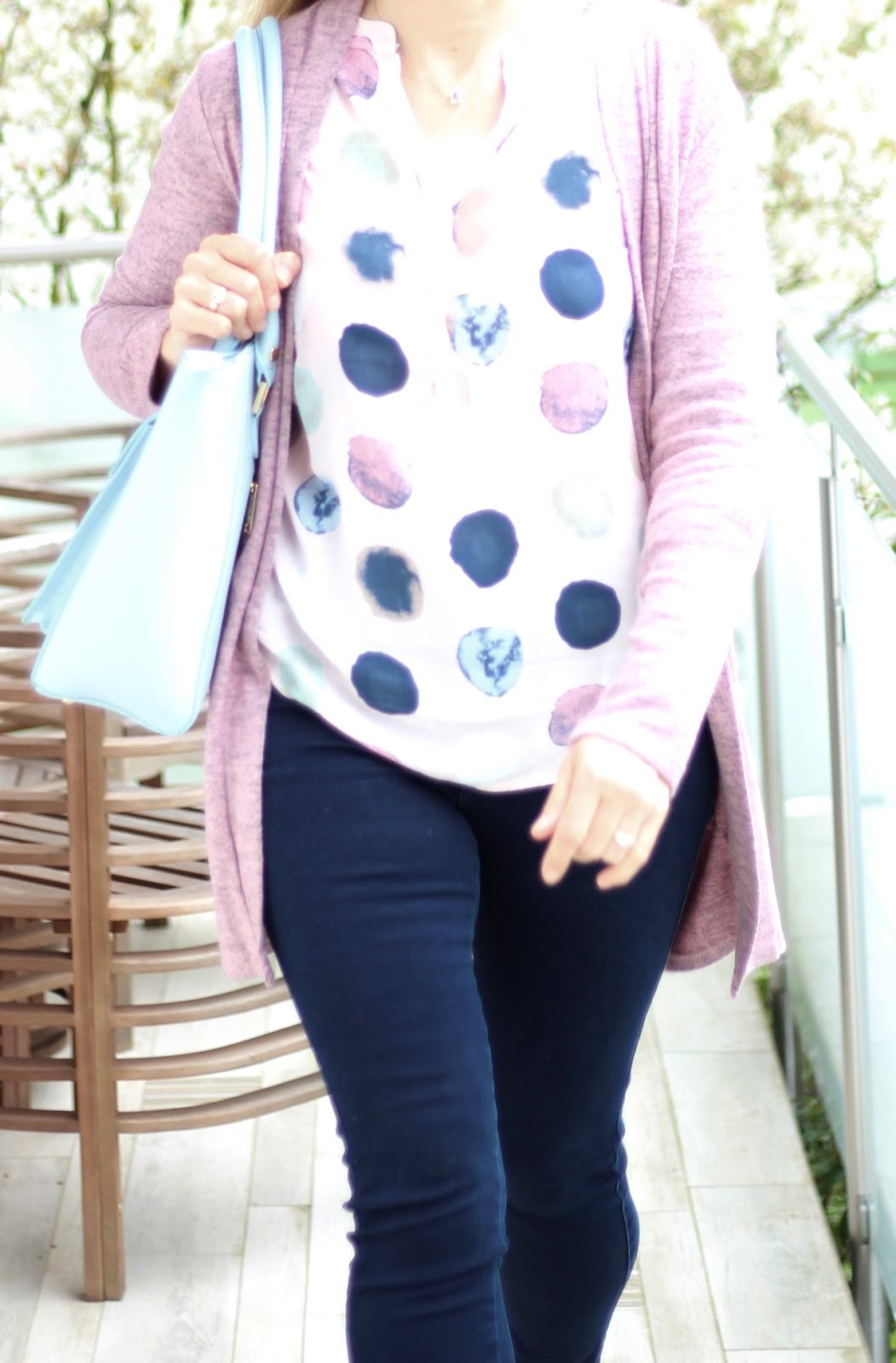 Fashion Friday: Rosa Polka Dot Bluse von Zwillingsherz, Tasche von LYDC London, Jeans von Only, Pumps von s'Oliver