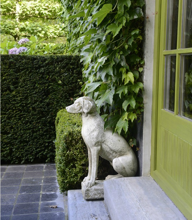 Gentil Sending Out An SOS: Hunting Dog Garden Statues