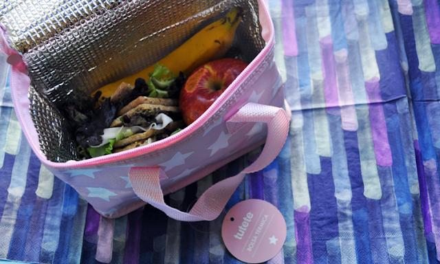la bolsa sobre unas servilletas con degradado en tonos violeta que ademas parecen pinceladas