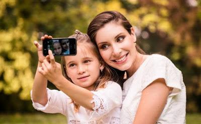 مخاطر وأضرار نشر صور طفلكِ على مواقع التواصل الاجتماعى  امرأة وبنتها بنت واختها يتصوران سيلفى صورة  كاميرا woman child mother daughter taking selfie photo picture camera