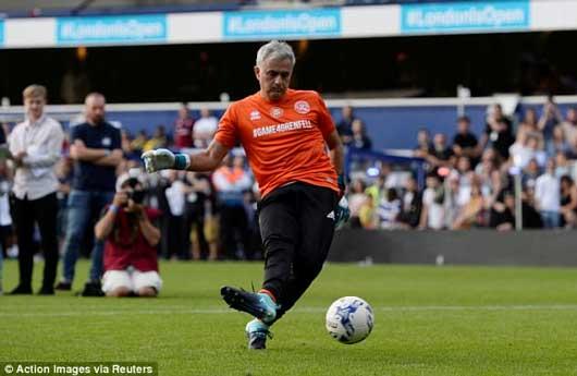Chết cười xem Mourinho xỏ găng bắt gôn 7