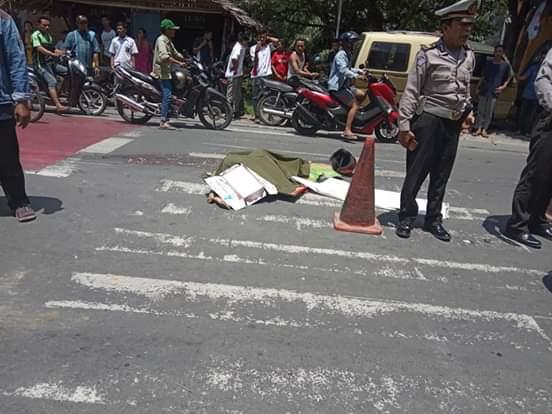 Seorang pelajar tewas mengenaskan, usai terlindas truk di Jalan Letjen Djamin Ginting, Lingkungan III, Kelurahan Rambung Dalam