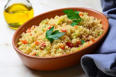 Couscous avec pois chiches et légumes: recettes végétaliennes