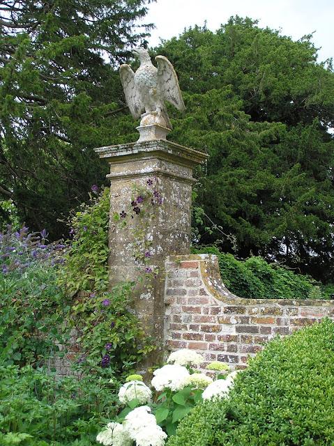 ceglany i kamienny mur w ogrodzie, angielski ogród