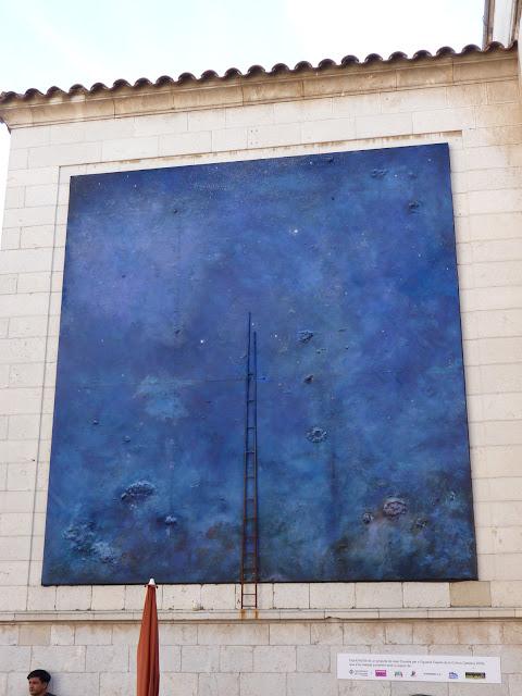 Во дворе музея-театра Сальвадора Дали в Фигерасе: реальная лестница, переходящая в ее изображение.