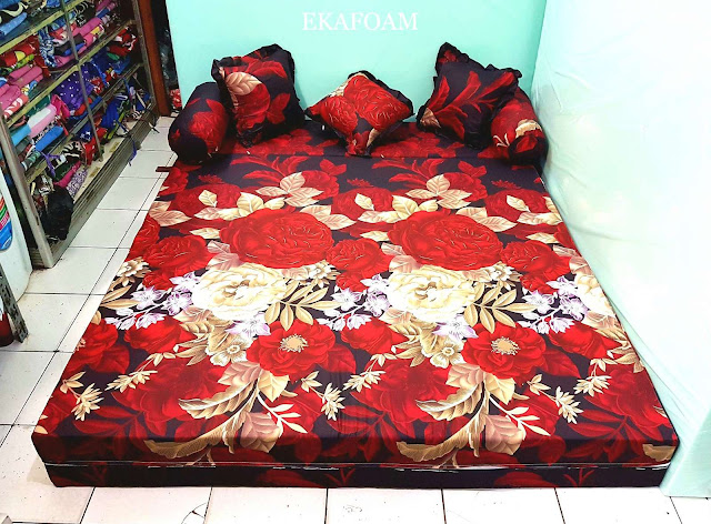 Sofa bed inoac motif bunga rosiana merah maroon saat difungsikan sebagai kasur inoac normal