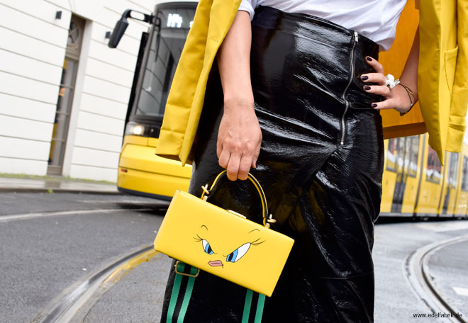 Look mit Rock aus Lackleder, schwarzes Lackleder, gelbe Tasche