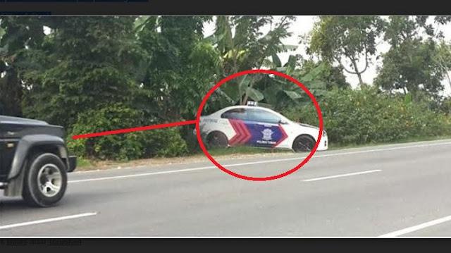 Pengendara Langsung Deg-degan saat Lihat Mobil Polisi di Pinggir Jalan, Begitu Didekati Ternyata...