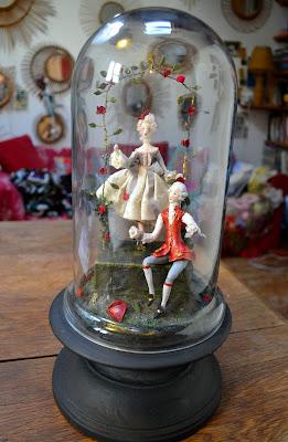scène galante sous globe de verre- création Cathy Vagnon