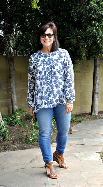 loose floral top and skinny jeans