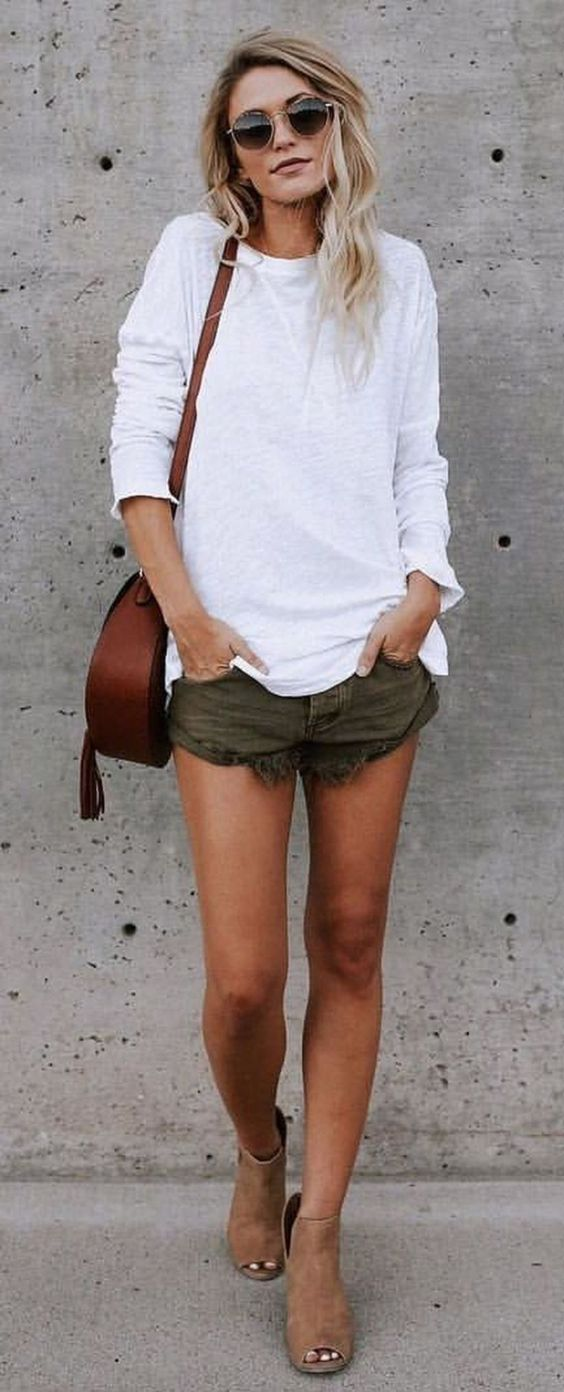 outfit of the day | white sweatshirt + brown bag + shorts + open toe boots
