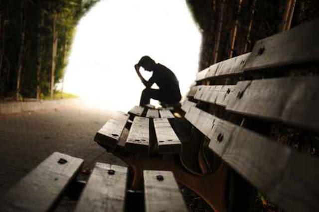 Persona hundido en el pozo de la depresión