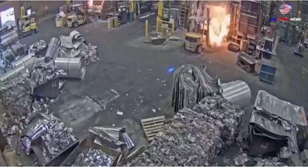 Τρομακτική έκρηξη: Εργάτης ρίχνει σκραπ σε χυτήριο και καυτό μέταλλο πετιέται παντού - Βίντεο
