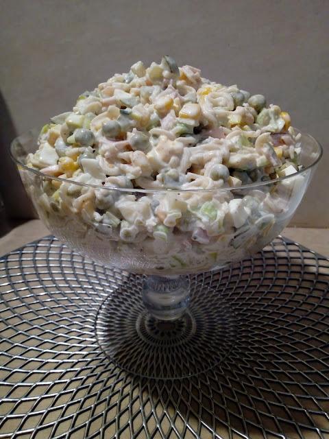 salatka makaronowa z groszkiem salatka z szynka salatka z makaronem salatka z zupek chinskich salatka z jajkiem