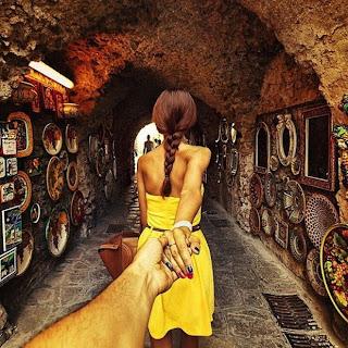 Mujer bonita viaja por el mundo
