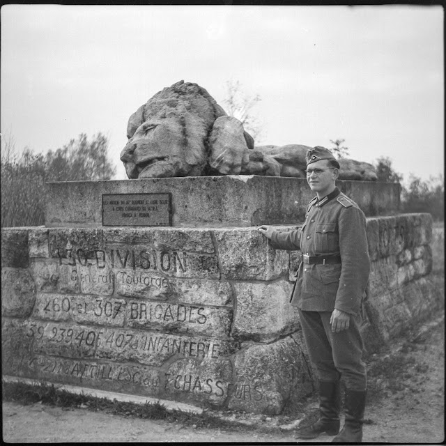 "Deutscher Soldat am Memorial 130th French Division (""The Wounded Lion"") - 1940"