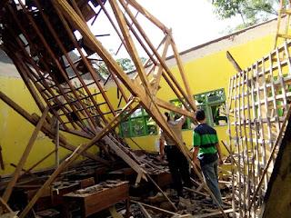 Atap Ruang Kelas VII MTs Bahrul Ulum Mojokerto Roboh