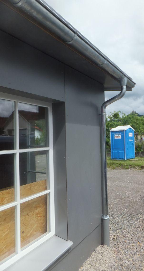 Fallrohr fassade  Unser Holzhaus entsteht: Fassade, Fallrohre, Farben