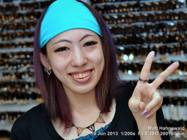 people, street portrait, East Asia, V sign, Japanese beauty, © Matt Hahnewald, Facing the World, 50 mm prime lens, Kyoto, Japan